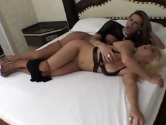 Sexy blondie gobbling vulnerable shemale?s firm cock before bending over in the bed